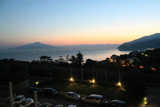 Grand Hotel Vesuvio: h 05.30 am alba magnifica vista dal nostro balcone