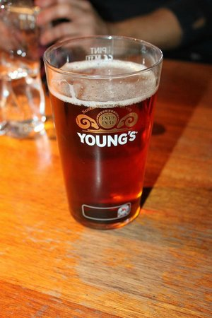 The Founder's Arms : Una pinta di Young