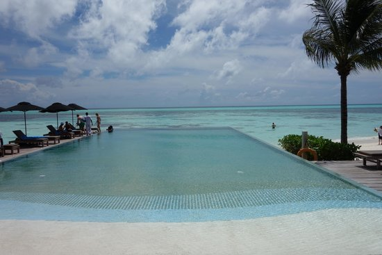 LUX* South Ari Atoll: view over the pool