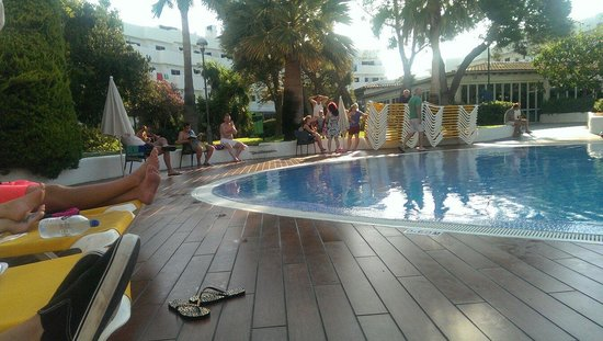 Club Martha's Aparthotel: Sun bed madness at 7 am