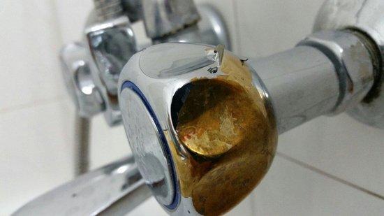 Livadi Nafsika Hotel: Abblätternder Lack des Wasserhahn in der dusche