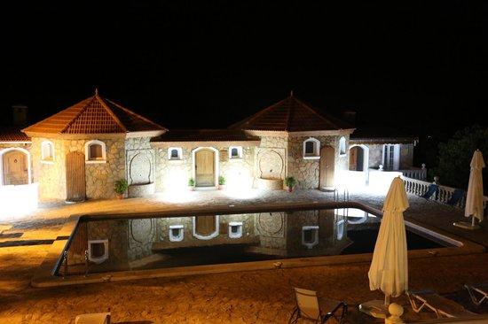 Le Palais des Cerisiers : la piscine et ses reflets la nuit