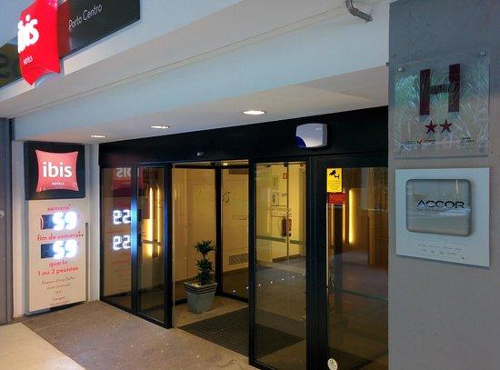 Ibis Porto Centro: Hotel entrance