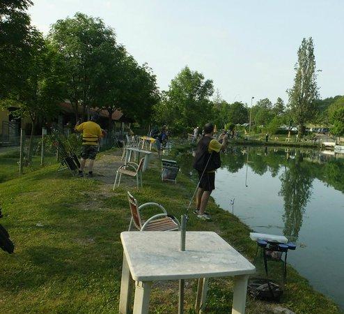 Montecreto, Ιταλία: Lago di pesca alla trota situato davanti al ristorante