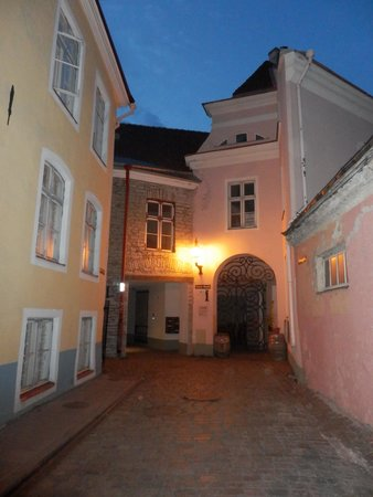Town Hall Square Apartments: Toom.Ruutli 12 entrance