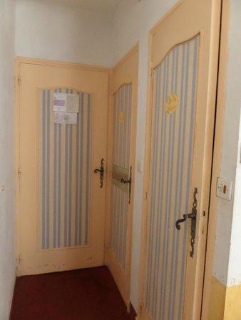 HOTEL DU PARC : Porta del bagno e dell'armadio a muro all'interno della camera