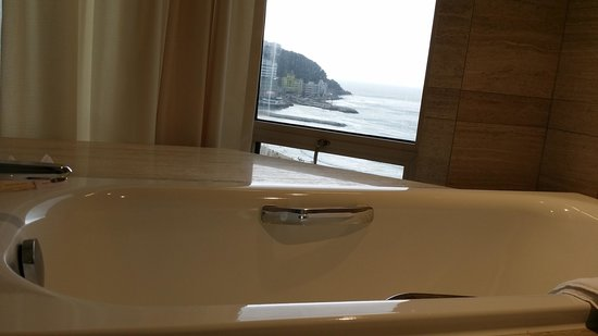Paradise Hotel Busan : View of the Haeundae Beach while taking a bath