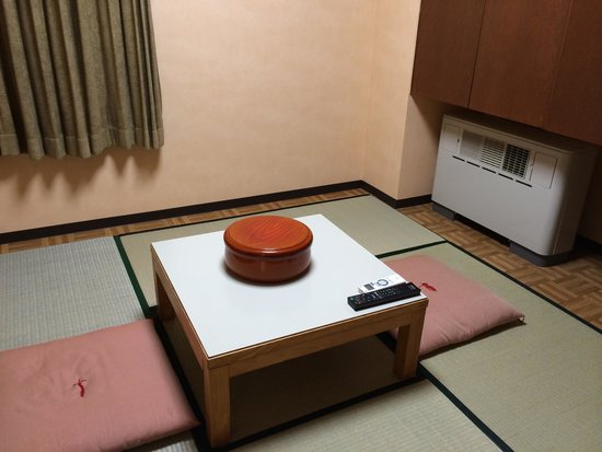 Niseko Alpen Hotel: 和洋室の畳側です