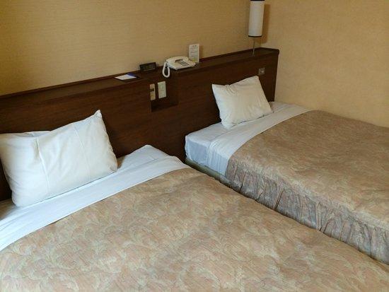 Niseko Alpen Hotel: 和洋室のベッド側です