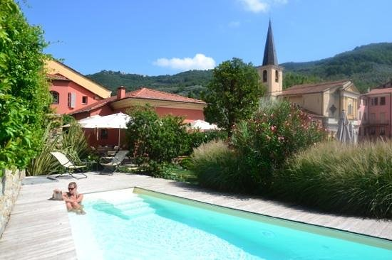 Relais del Maro: Relaxing in the pool.