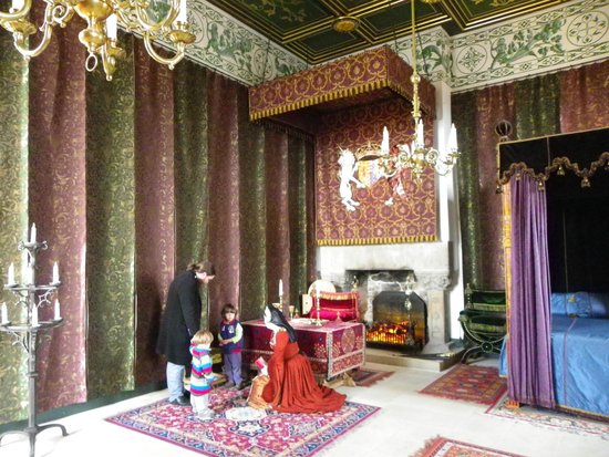 Stirling Castle: Lady in waiting explaining the purpose of the room