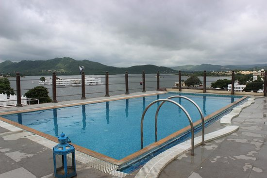 Hotel Udaigarh Udaipur: Roof top pool