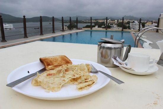 Hotel Udaigarh Udaipur: Early morning breakfast near the pool