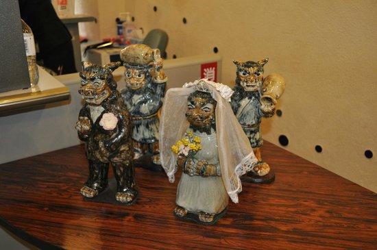 Tsuboya Pottery Museum: Шишы справляют свадьбу