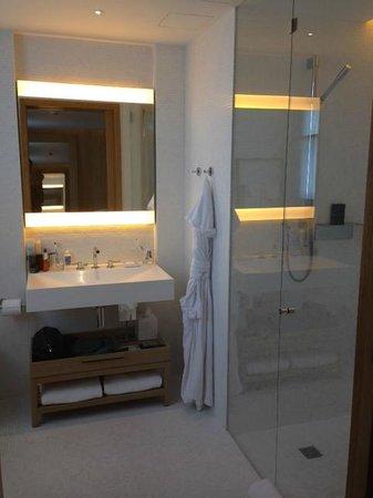 The London EDITION: bathroom