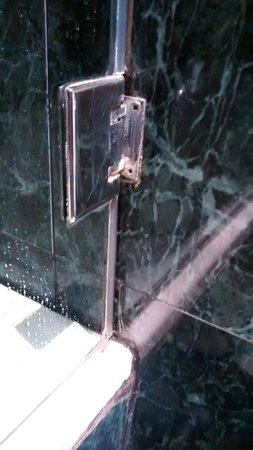 Hotel Vilamari: Alte und undichte Dichtungen bei der Dusche