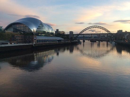 Gateshead Millenium Bridge : Sage centre and Tyne Bridge (taken from Millennium Bridge)