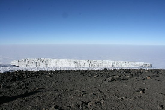 Kilimandscharo-Massiv (Kilimanjaro): The photo was taken on the Uruhu Peak. It is strange that there was no snow or ice on the Uruhu