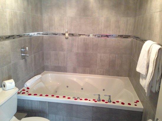 30 James Street, Home of the Titanic: Double whirlpool bath