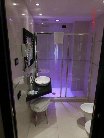Hotel Milano : Bad/Dusche mit Farbwechsel Lampe