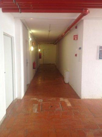 Muthu Clube Praia da Oura : pasillo para acceder a las habitaciones...