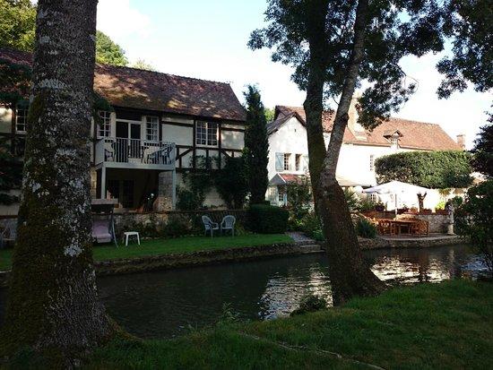 Le Moulin des Charmes : vista dal giardino