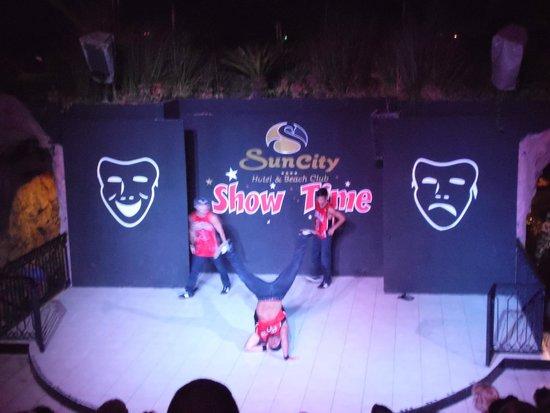 Suncity Hotel & Beach Club : Ampitheatre for evening entertainment