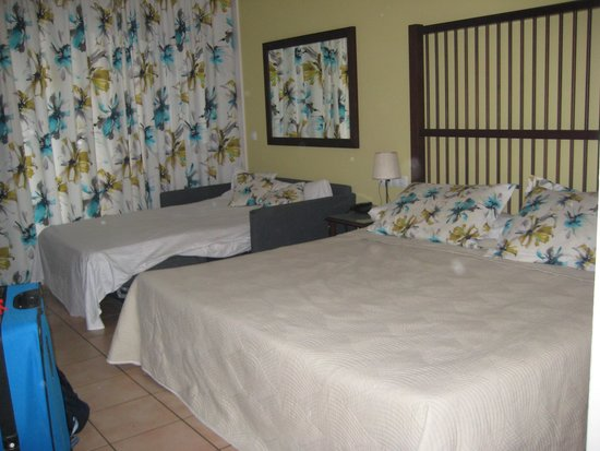 PortAventura Hotel Caribe : Our family room - double bed and double sofa bed