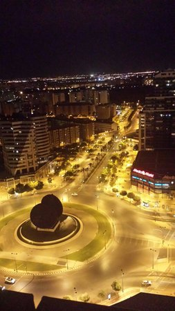Eurostars Gran Valencia: Vista dalla piscina all ultimo piano!