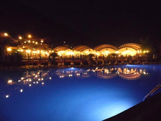 Suncity Hotel & Beach Club : Restaurant at night