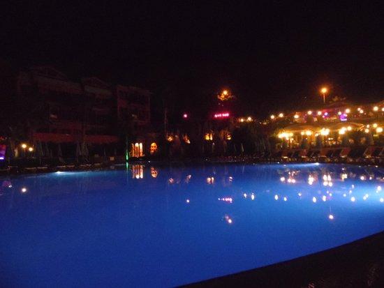 Suncity Hotel & Beach Club : Pool by night