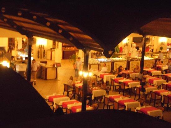 Suncity Hotel & Beach Club : Dining area at night