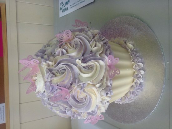 Claires Cupcakes: Giant cupcakes
