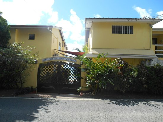 LemonTree Oceanfront Cottages : Front Entrance from parking across street