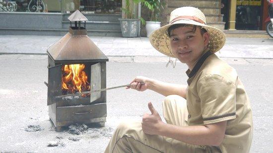 Rising Dragon Villa Hotel: Lobbyboy bei der Totenzeremonie