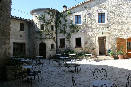 Auberge la Plaine : Reizvolles Ambiente im Innenhof