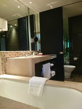 Grand Hyatt Erawan Bangkok : Bathroom