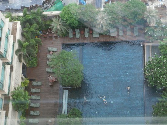 Grande Centre Point Hotel Ratchadamri: Вид на бассейн с 32 этажа.