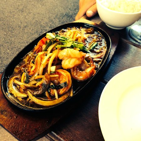 Le Pousse Pousse : Stir fried prawns with ginger & lemongrass (€18)