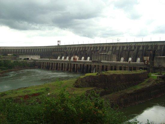Represa hidroeléctrica de Itaipu: Vista da Usina de dia