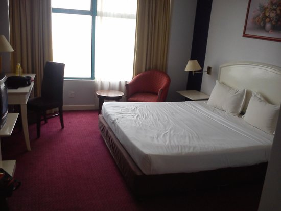 Hotel Soleil : king size bed
