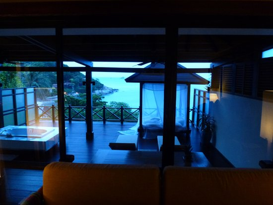 The Tongsai Bay : Inside grand villa looking out to balcony