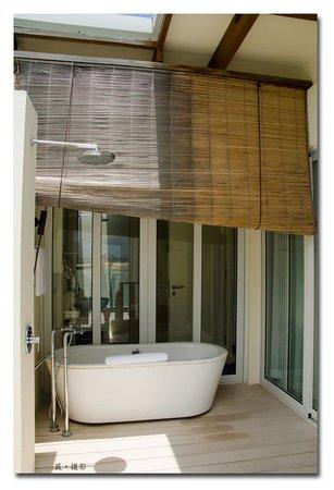 Holiday Inn Resort Kandooma Maldives : partial outdoor bathroom