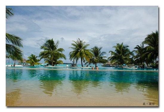Holiday Inn Resort Kandooma Maldives: pool area