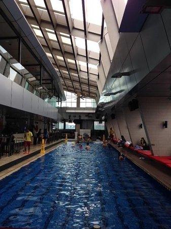 Traders Hotel, Kuala Lumpur : piscine avec vue sur  les Petronas