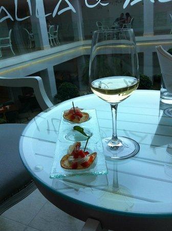 Mitsis Alila Resort & Spa: The wine bar