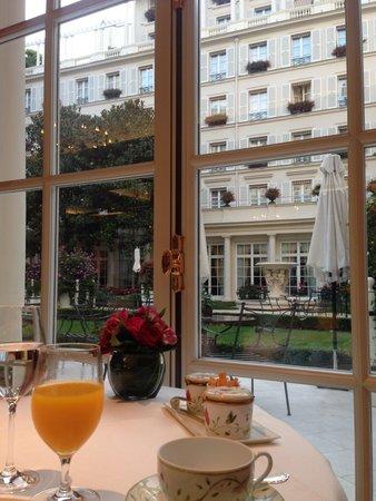 Le Bristol Paris : 朝から優雅に過ごせました。雨模様でしたが、それでも中庭を眺めるだけで落ち着いた気分になります。