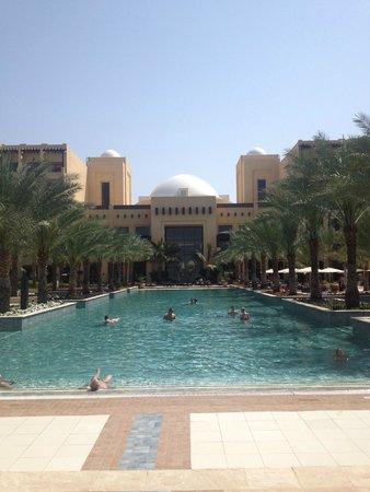 Doubletree by Hilton Ras Al Khaimah: бассейн на пляже