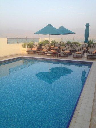Doubletree by Hilton Ras Al Khaimah: бассейн на крыши отеля