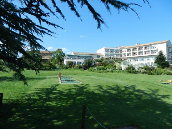 Domaine de Saint-Clair: Zicht op hotel met golfterrein